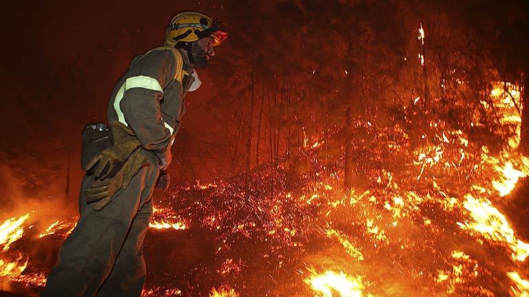 Un incendio en Oia, en Pontevedra, calcina mil hectáreas y obliga a desalojar a vecinos