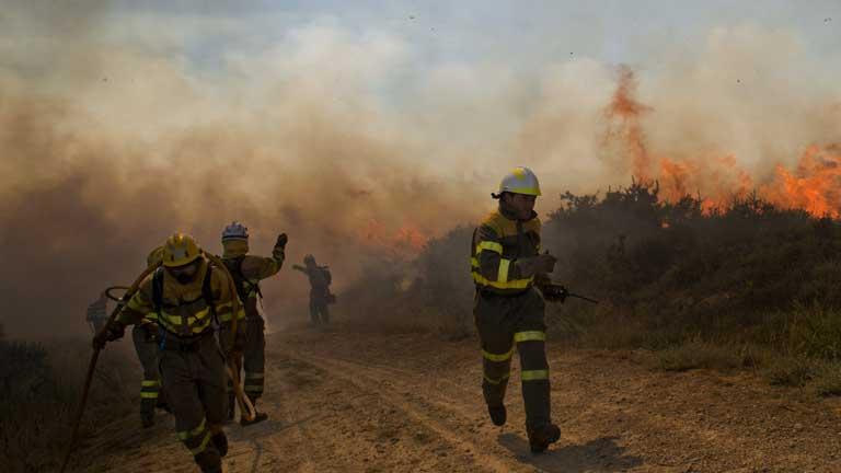 Continúa activo el incendio de Ourense