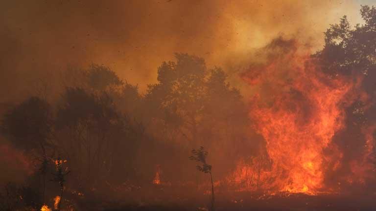Los bomberos siguen trabajando para controlar las llamas en Cualedro