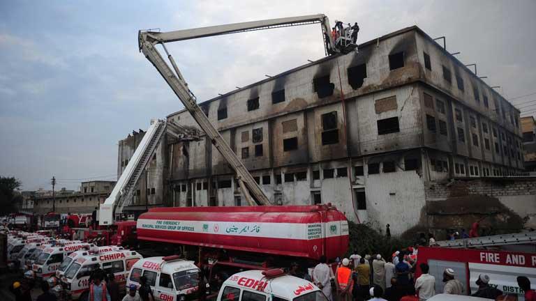 Casi 300 personas han muerto en el incendio de una fábrica de tejidos en Pakistán