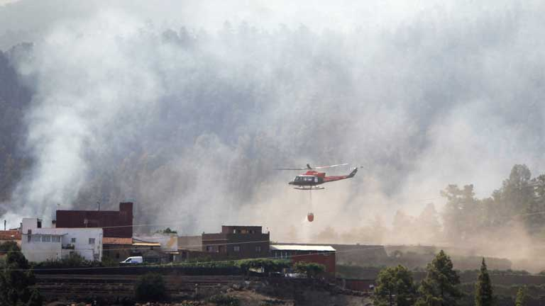 Los incendios de Tenerife y La Palma siguen activos