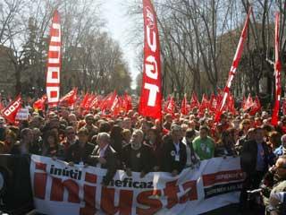 Ver vídeo  'Incidentes al inicio de la manifestación contra la reforma laboral en Madrid'