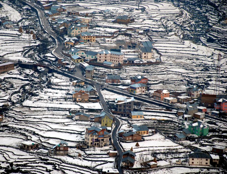 En India se adelantó la temporada de nieve dejando instantáneas tan impresionantes como esta, en el valle de Bharderwah. AFP PHOTO/STR