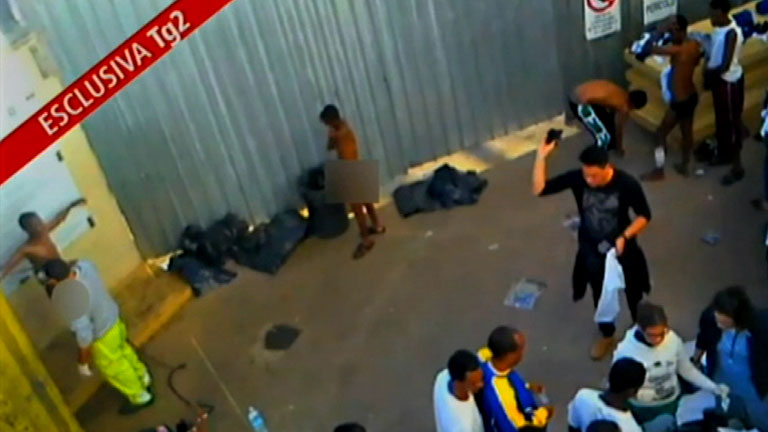 Indignación en Italia por un vídeo que revela el trato que reciben los inmigrantes en Lampedusa