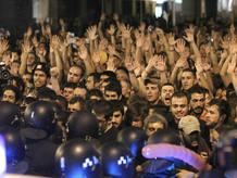 Los 'indignados' levantan sus manos ante el bloqueo de la policía