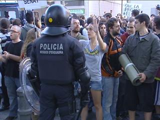 Ver v?deo  'Los indignados protestan delante del Parlament de Cataluña'