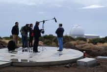 El equipo de Informe Semanal entrevistando al profesor Pallé en el observatorio de El Teide