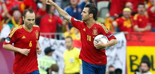 Iniesta y Cesc Fábregas celebran el gol de España contra Italia