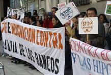 INMIGRANTES ECUATORIANOS AMENAZADOS DE DESAHUCIO SE MANIFIESTAN ANTE SU EMBAJADA EN MADRID