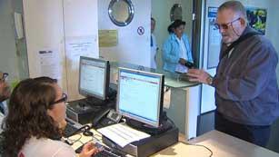 Ver vídeo  'Los inmigrantes sin papeles dejan de tener derecho a la tarjeta sanitaria'