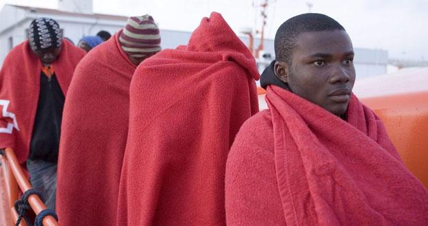 Inmigrantes, que viajaban en patera, llegan a las costas españolas.
