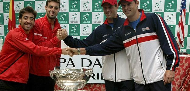 Los integrantes de la pareja de dobles del equipo español, Marcel Granollers y Marc López (i) saludan a sus rivales estadounidenses Bob Bryan y Mike Bryan.