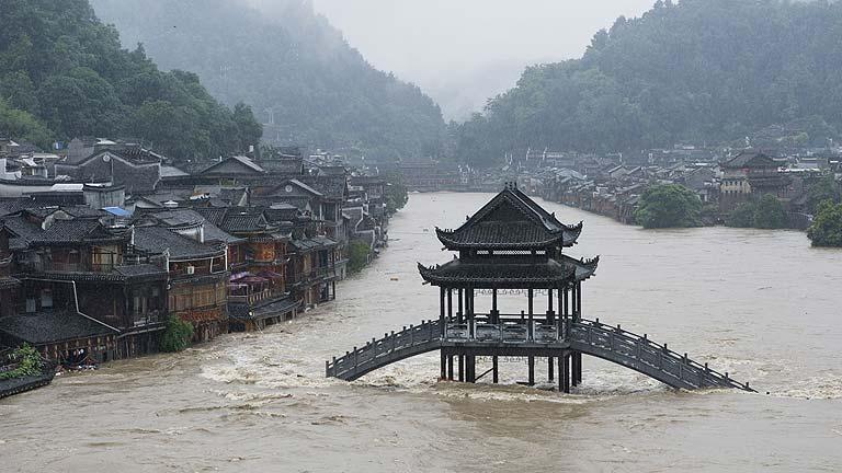 Inundaciones en el sur de China, que espera al tifón Rammasun tras su mortífero paso por Filipinas