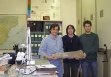 Investigadores del IUCA sostienen uno de los fósiles de fémur hallados en los Pirineos