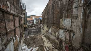 Los expertos buscan el origen del fuego entre los escombros de Bermeo