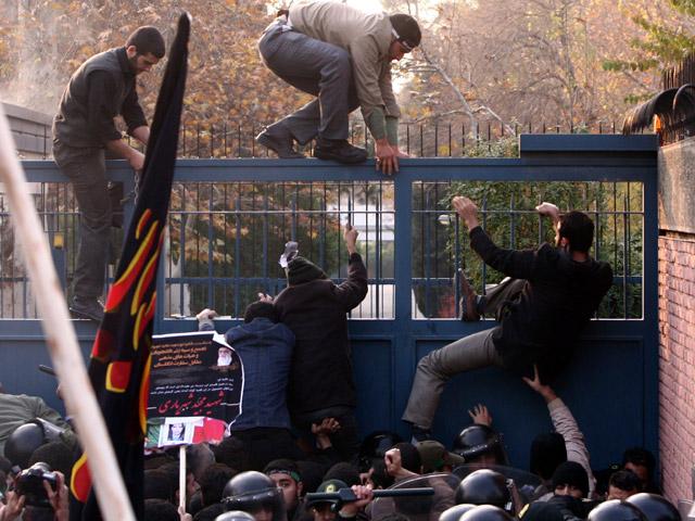 En Irán, decenas de manifestantes han asaltado la embajada británica en la capital
