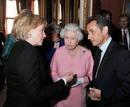 Isabel II conversa con Hillary Clinton y Nicolás Sarkozy en el Palacio de Buckingham
