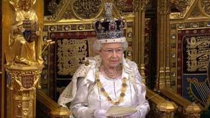 Ver vídeo  'Isabel II presenta la reformas de los lores y de los bancos como las prioridades del Gobierno'