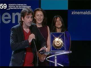 Ver vídeo  'Isaki Lacuesta recibe la Concha de Oro en el Festival de cine de San Sebastián'