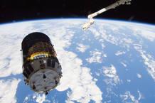 El Kounotori 3 a punto de ser capturado por el brazo robot de la ISS