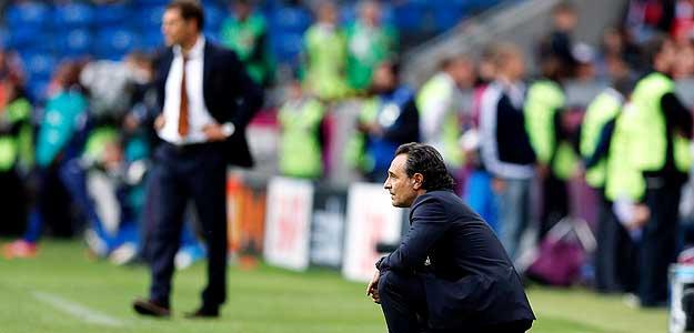 El seleccionador italiano Cesare Prandelli da órdenes a sus jugadores con la figura del seleccionador croata, Slaven Bilic, al fondo.