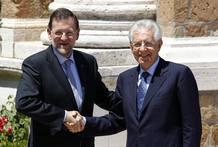 Rajoy y Monti se saludan al inicio de la cumbre entre España, Italia, Francia y Alemania