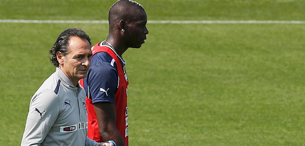Italy's coach Prandelli talks to his player Balotelli during a training session during the Euro 2012 at Cracovia Stadium in Krakow