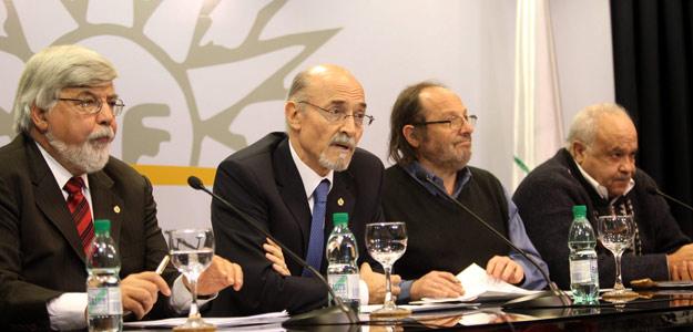 De izquierda a derecha, el ministro uruguayo del Interior, Eduardo Bonomi; el secretario uruguayo de la Presidencia, Alberto Breccia; el ministro uruguayo de Desarrollo Social, Daniel Olesker, y el ministro uruguayo de Defensa, Eleuterio Fernández Hu