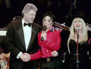 Jackson estrecha la mano de Bill Clinton mientras Stevie Nicks, de Fleetwood Mac, canta sobre el escenario. Washington, 1993.