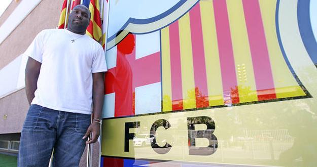 Jawai, delante del escudo del Barcelona en las oficinas del club.