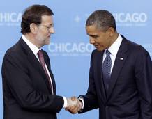 Mariano Rajoy y Barack Obama se saludan al inicio de la cumbre de la OTAN