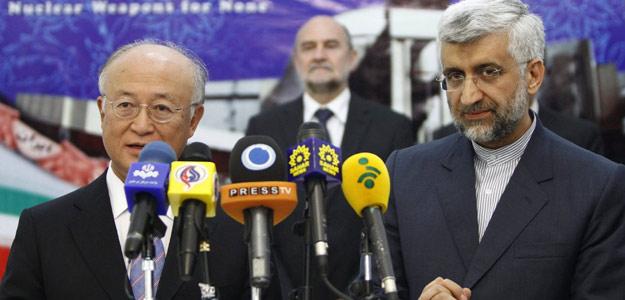 El jefe negociador nuclear iraní Saied Jalil (d) y el director general del Organismo Internacional de Energía Atómica (OIEA), Yukiya Amano , el lunes en Teherán