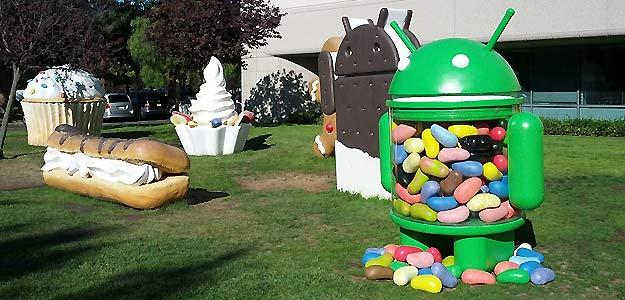 Exteriores de las oficinas de Google en California con muñecos relacionados con Android
