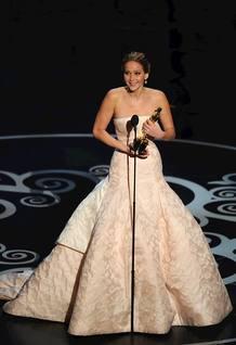 Jennifer Lawrence, vestida de Dior, con el Oscar.