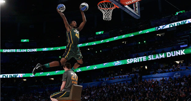 Jeremy Evans de los Utah Jazz, realiza un espectacular mate durante el All Star de la NBA.
