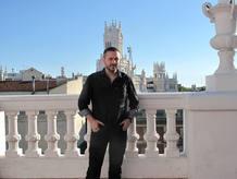 Jeremy Scahill posa en la azotea de la sede de la editorial Planeta en Madrid.