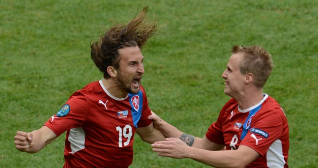 Jiracek celebra con Pilar la victoria de la República checa sobre Grecia en la Eurocopa, 1-2