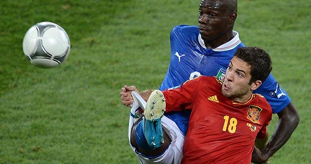 Jordi Alba defiende la pelota ante el italiano Balotelli en la final de la Eurocopa 2012 que ha ganado España.