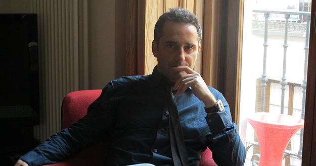 Jorge Drexler, sentado junto a la ventana de su estudio madrileño