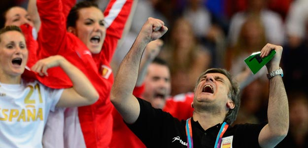 http://img.irtve.es/imagenes/jorge-duenas-entrenador-del-equipo-espanol-balonmano-femenino-celebrando-gol/1343744094916.jpg