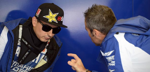 Jorge Lorenzo conversa con uno de sus mec&aacute;nicos en Silverstone