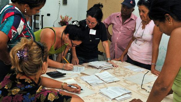 Funcionarios escrutan las urnas de votación