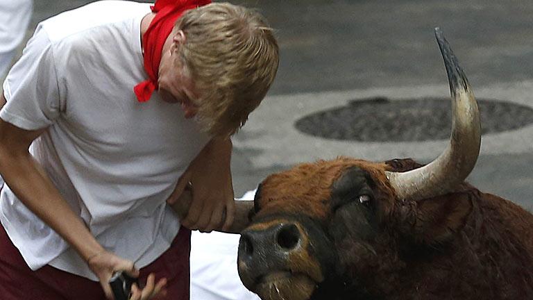 Un joven estadounidense ha sido corneado en la cuesta de Sto. Domingo en el sexto encierro de San Fermín 2013