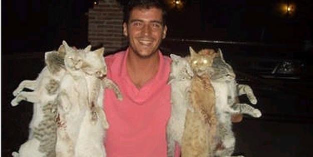 Uno de los miembros expulsados de NNGG sonríe mientras maltrata a los gatos