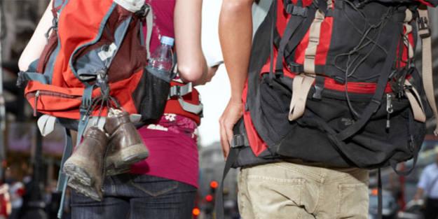 Jóvenes mochileros de espaldas