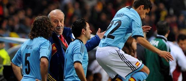 El seleccionador español, Vicente del Bosque, habla con sus jugadores.