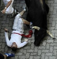 Uno de los morlacos arrolla a un mozo a la entrada al callejón.