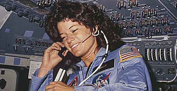 Imagen de Sally Ride en su primera misión espacial a bordo de la nave Challenger en 1983.