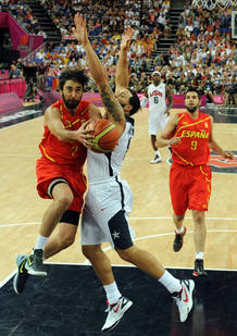 Juan Carlos Navarro intenta anotar ante Deron Williams