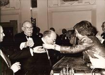 Juan Gyenes condecorado por la Reina Doña Sofía